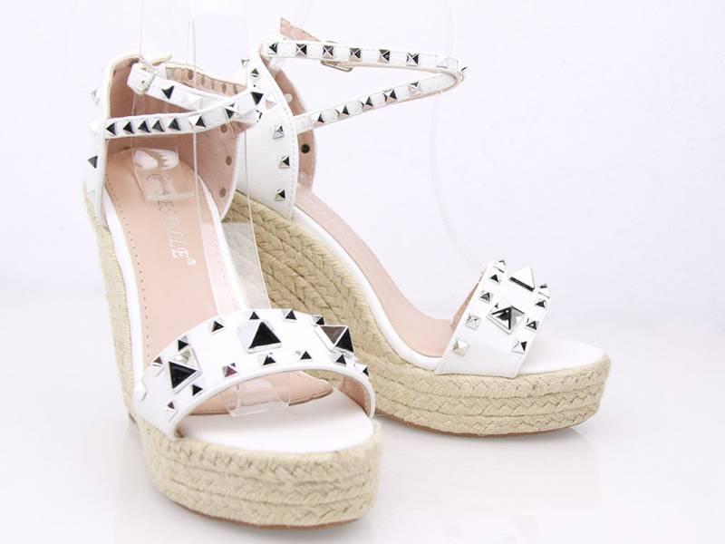 Biele sandálky na platforme