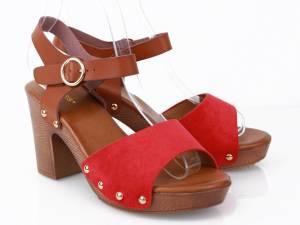 Červené drevákové sandále