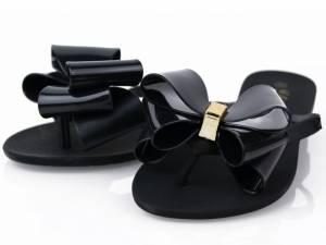 Čierne gumené šľapky