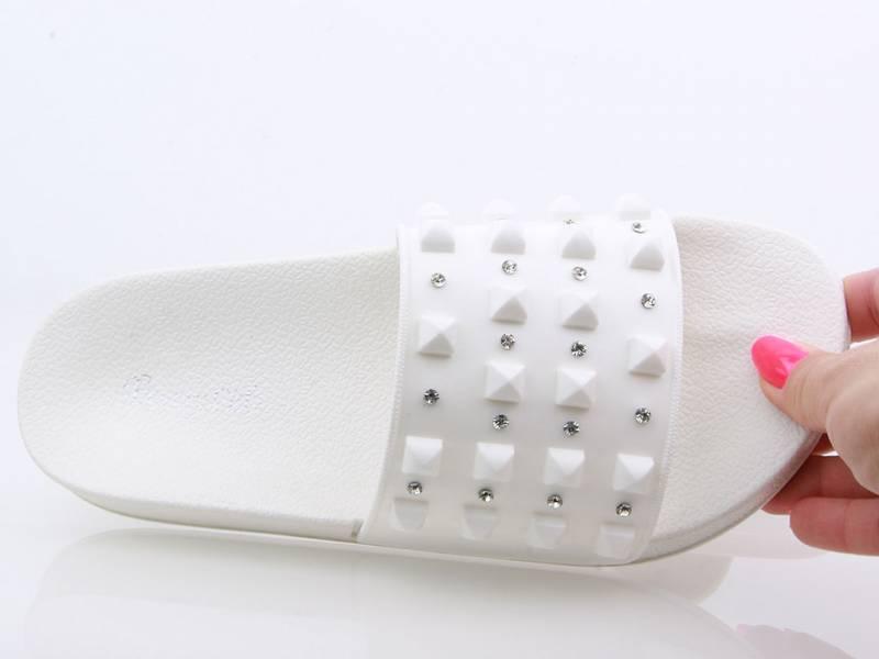 Biele vybíjané šľapky